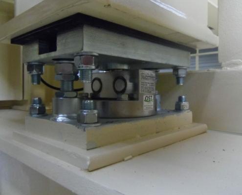 Weegcellen geplaatst onder container tilt frame