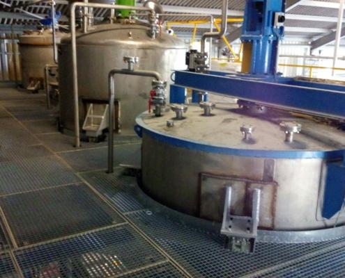 Liquidproductietanksvoorzienvanweegcellenvoorbatch weging